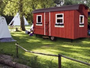 Bauwagen nach Peter Lustig für 6 Personen. Foto: Kanucenter Preetz-Plön.  Foto: Camping Kirchsee.