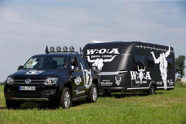 Ganz in schwarz und mit den Typischen Symbolen - der Metal Wohnwagen von Hobby.
