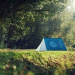 Ein Zelt mit dem Aussehen eines aufgestellten Buches, von fieldcandy.